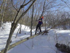 雪遊びを楽しみながらの下山