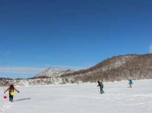 凍りついた火口湖へ